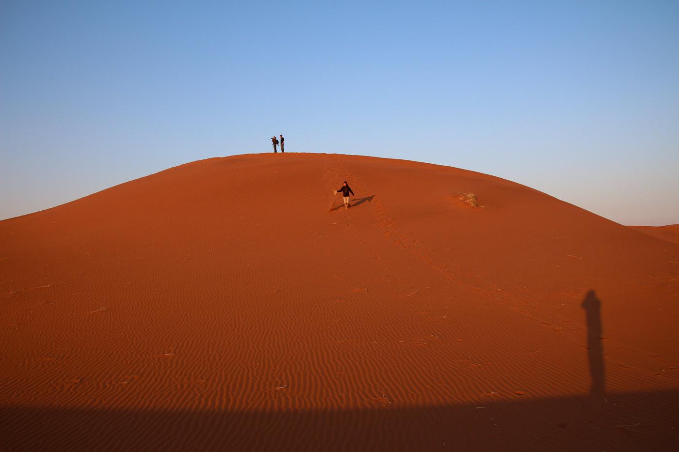 人が歩く砂漠