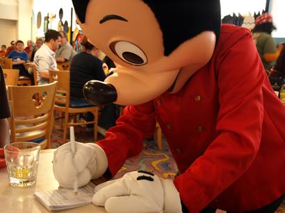 サインするミッキー