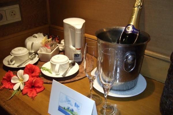 アマンリゾーツ ホテル・ボラボラ 水上コテージ シャンパン